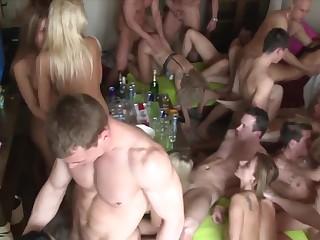 reklama-smotret-tri-podruzhki-v-gruppovoy-seks-orgii-s-parnyami-ebali-zhenu-drugom
