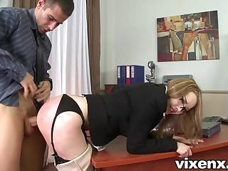 Шлепал секретаршу и секс