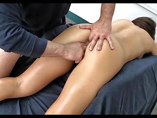 Делает массаж мамаше и возбуждает ее на грандиозный перепих