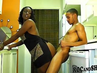 Пришел на кухню к темнокожей супруге и захотел засадить в нее хер