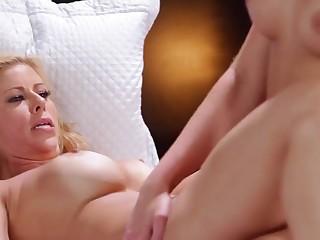 Шаловливые сестры устали мастурбировать поодиночке и спешат заняться сексом