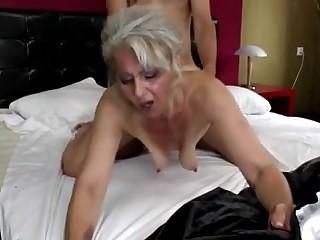 Первый секс своему молодому сыну мать решила дать сама