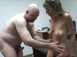 Старая худая баба трахается во все дырки в офисе у незнакомого мужика