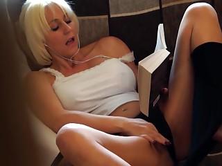 Порно видео смотреть онлайн подглядывал за мастурбацией своей матери