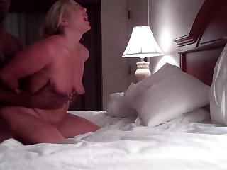Жена безумно стонет от агрессивного секса с негром в позе догги-стайл